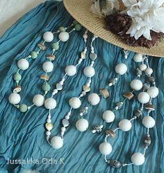 Valkoisia huopapalloja, poronsarvea, lasihelmiä, itse värjättyjä puuhelmiä... niistä on kesäiset kaulakorut tehty. https://www.facebook.com/pages/JUSSAKKA-Oda-K/173696896121402