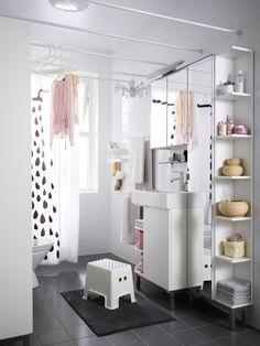 Фотография: Ванная в стиле Скандинавский, Интерьер комнат, Советы, IKEA, Зеркала, малогабартиная ванная, места для хранения вещей в ванной – фото на InMyRoom.ru