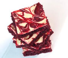 Red velvet cake brownies with a layer of cheesecake on top. Red Velvet Brownies, Red Velvet Cake Mix, Velvet Cream, Red Velvet Desserts, Red Velvet Recipes, Cake Mix Brownies, Cheesecake Swirl Brownies, Cream Cheese Brownies, Brownie Cake