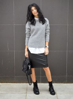 styling tip que deixa todo look cool Street style look camisa branca, saia lapis couro, coturno e suéter cinza.Street style look camisa branca, saia lapis couro, coturno e suéter cinza. Grey Sweater Outfit, Oversized Grey Sweater, Sweater Outfits, Oversize Pullover, Sweater Dresses, Sweater Skirt, Jumper, Komplette Outfits, Casual Outfits