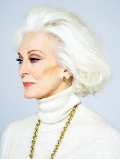 These are some of the women and men over 70 years old who have defied all stereotypes and through their talent, experience, glamour and elegance have shown that true beauty is ageless and proudly shine grey hair and wrinkles Carmen Dell'orefice, Advanced Hair, Advanced Style, Daphne Selfe, Make Up Inspiration, Foto Fashion, Ombré Hair, Glamour, Ageless Beauty
