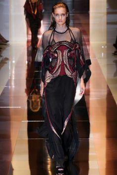 Por la pasarela las modelos desfilaron, a paso desafiante, diseños nuevos con inspiración histórica de moda.