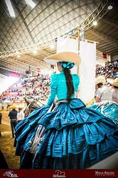 Vestido elegante en turquesa y plateado Mexican Costume, Mexican Outfit, Mexican Dresses, Mexican Rodeo, Mexican Style, Vestido Charro, Mexican Quinceanera Dresses, Cinderella Outfit, Mexican Fashion