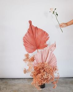 Palm leaves painted shades of pink would make for fun centerpieces, altar decorations or entrance decorations Dried Flower Arrangements, Dried Flowers, Deco Floral, Floral Design, Floral Wedding, Wedding Flowers, Poppy Bouquet, Paint Shades, Jolie Photo