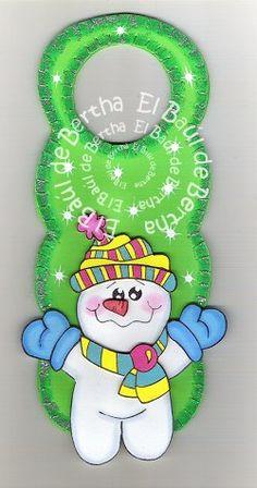 CON DIVERSOS PERSONAJES SANTA, WINNIE Y MONO DE NIEVE MICKEY, UNA CAMPANA NAVIDEÑA Y KITTY Precio $35.00 c/u Para P... Doorknob Hangers, Door Knob, Christmas, Snowman, Activity Toys, Winter Time, Easy Diy, Holiday Pictures, Holiday Ornaments