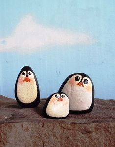 Painted rock penguins, cute for Christmas decorations? or if you just like penguins :) Stone Crafts, Rock Crafts, Fun Crafts, Arts And Crafts, Pebble Painting, Pebble Art, Stone Painting, Rock Painting, Caillou Roche