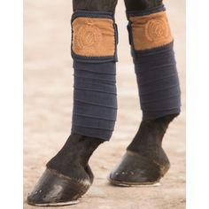 Deze moderne fleece bandage is gemaakt van extra dikke, hoogwaardige polyester. Hierdoor wordt het vocht snel opgenomen, en is deze bandage onderhouds vriendelijk. Het been wordt beschermt, en de bandage werkt schokabsorberend. Wasmaschine bestendig tot 30 graden, en mag in de droogtrommel.
