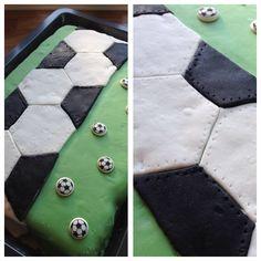 Fotballkake. Sjokoladekake dekket med marshmallowsfondant.