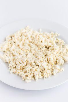 Simple Tofu Scramble - Simple tofu scramble, a vegan alternative to scrambled eggs. It's so easy to make, high in protein and only requires 4 ingredients! Tostadas, Vegan Gluten Free, Vegan Vegetarian, Real Food Recipes, Vegan Recipes, Tofu Scramble, Vegan Blogs, Scrambled Eggs, Brunch