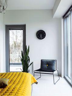 Hayn keltainen Mega Dot -päiväpeitto tuo makuuhuoneeseen väriä. Ovi johtaa parvekkeelle, jossa varsinkin kesäisin on kiva nautiskella kahvit.
