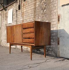 Ponadczasowa komoda wyprodukowana w latach 60.Komoda drewniana lakierowana…