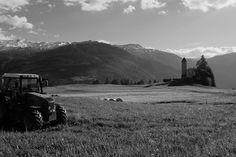 Abendruhelos  #Traktor #Marienkirche #Lantsch #Lenz #Graubünden #schwarzweiss #Schweiz