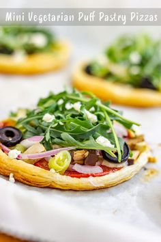 These easy mini vegetarian puff pastry pizzas are quick to put together and only take about 10 minutes to bake. Topped with homemade pizza sauce, fresh vegetables, cheese and arugula, these vegetarian pizzas are the perfect appetizer for any occasion! Pizza Recipes, Beef Recipes, Appetizer Recipes, Dinner Recipes, Cooking Recipes, Appetizers, Vegetarian Pizza, Veggie Pizza, Puff Pastry Pizza