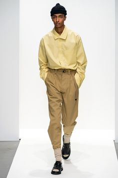 Margaret Howell Spring 2020 Ready-to-Wear collection, runway looks, beauty, models, and reviews. Margaret Howell, Japan Fashion, Daily Fashion, Mens Fashion, High Fashion, Vogue Paris, Young T, Casual Wear For Men, Backstage