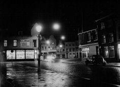 atering tot: 1953-12-31 Beschrijving: De inkijk van de Grote Markt gezien vanuit de Lange Kerkstraat. Links op de hoek de rijwielhandel van B.J.ter Braak