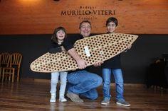 Iñaki Murillo Viteri posa con sus hijos y la tabla de surf  que la firma RichPeopleThings fabrica con corchos de la bodega Murillo Viteri. #sostenibilidad #reciclaje #corchos #bodega #winelovers