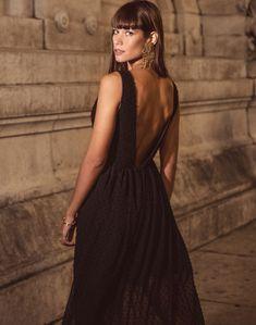 b3d3534602 Vestido largo de fiesta de encaje negro con escote v y abertura falda de  Maui para INVITADISIMA