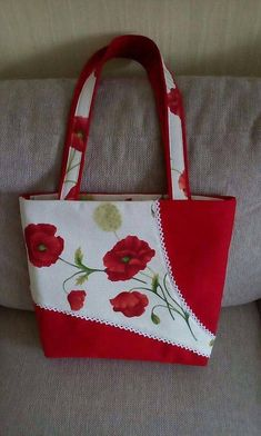 Ergebnis eines Bildes von handbestickten Stoffmustern feminine Mode Result of a picture of hand-embroidered fabric patterns feminine fashion Patchwork Bags, Quilted Bag, Crazy Patchwork, Sacs Tote Bags, Reusable Tote Bags, Diy Bags Purses, Bag Patterns To Sew, Fabric Patterns, Craft Bags