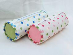 Este estojo escolar em tecido pode ter a combinação de cores ou estampas de sua preferência.