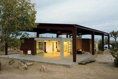 techo doble para proteger de la incidencia de los rayos solares...ademas del 'colchón' de aire entre techo y techo...must read article!!
