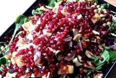 Granaattiomenan hehkuvan punaiset siemenet ovat maistuva pari suolaiselle halloumijuustolle. Talvisin tulee usein syötyä lämmintä ruokaa ja salaattien nauttiminen jää vähemmälle. Toisinaan kuitenkin tuoreiden kasvisten raikkaus houkuttelee. Tämä salaa
