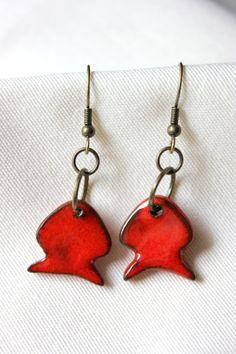 Défi du mois de mars 2014 : Petites boucles d'oreille pendantes poissons rouges en céramique : Boucles d'oreille par oz-et-la-terre