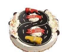 Kindertaart Met Racebaan 24Cm. Een biscuitbeslag gevuld en afgewerkt met slagroom en vruchten. afgewerkt met racebaan en naam schildje. #racebaan #verjaardag #slagroom #taart #vruchten #biscuit
