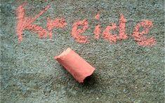 Malkreide selbt gemacht - gefärbter Gips in Klorollen.