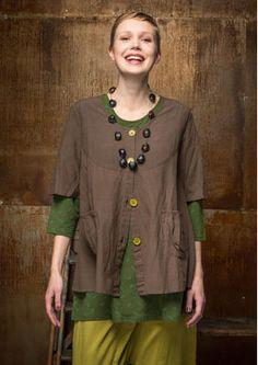 Gudrun Sjödens Herbstkollektion 2015 - Die kontrastfarbigen Knöpfe und die ausgestellten Ärmel machen diese Bluse zum Hingucker. Bestelle jetzt die einfarbige Bluse aus Baumwolle/Modal: http://www.gudrunsjoeden.de/mode/produkte/blusen-tuniken/einfarbige-bluse-aus-baumwolle/modal