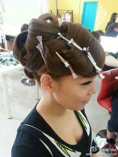 #台灣##梅姬老師# 來 #澳門##Vision art workshop# 舉行連續3天的#新娘祕書#造型班,今天由我來當麻豆,第一天已令不少成為化妝師造型師的同學哇言。一個早上已有5個造型,其中復古的前額作手推波更是大家喜愛之一。 #hair##make up#