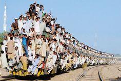파키스탄 수니파들이 종교행사를 마치고...몇사람 떨어질 것 같다.