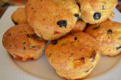 Μια εύκολη λύση για το απογευματινό μας σνακ, γεμάτη από άρωμα ελιάς και πιπεριάς. πώς να το φτιάξουμε: Διαλύουμε σε χλιαρό νερό τη μαγιά, το αλάτι και τη ζάχαρη. Προσθέτουμε το σπορέλαιο, τις ελιέ… Olive Bread, Greek Beauty, School Snacks, Dessert Recipes, Desserts, Greek Recipes, Muffin, Appetizers, Vegan