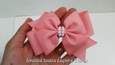 Pro laço simples vc vai precisar de 2 pedaços com 18 cm 1 gabarito com 12cm pra fazer o Laço de baixo Linha e agulha Cola quente e cola de silicone Meia pero... Ribbon Hair Bows, Diy Hair Bows, Diy Bow, Diy Ribbon, Ribbon Crafts, Handmade Hair Bows, Handmade Flowers, Hair Bow Tutorial, Ribbon Sculpture