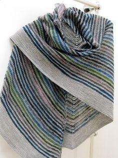 Sonia's shawl by lauraver, Joli Shawl et patron free en plus, que du bonheur !! un jour j'aurais le temps de faire tous les modèles que je vois !!!