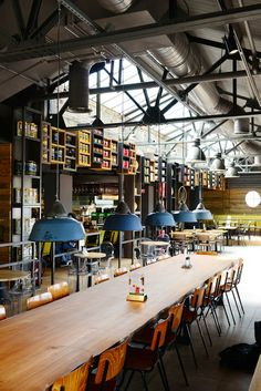 Vintage meubulair & gerecycled materiaal Het La Place restaurant en café aan…