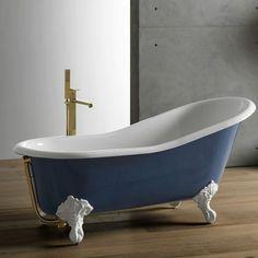 Une baignoire sur pied bleue, Porcelanosa. La forme asymétrique de la baignoire en fonte « Victorian Single » de Porcelanosa est un vrai aout pour le confort. Ultra confortable, elle mélange les codes classiques et ceux d'aujourd'hui avec une certaine insolence. D'une capacité de 205 litres, elle est proposée dans 4 couleurs différentes et 3 couleurs de piètements.