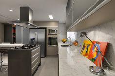 Cozinha com churrasqueira decorada na cor fendi revestida com porcelanato e pastilhas! - DecorSalteado