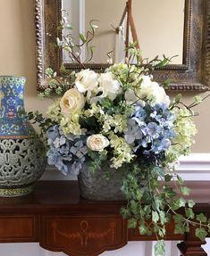 Silk Floral Arrangements, Hortensien Arrangements, Flower Arrangement Designs, Beautiful Flower Arrangements, Diy Flower Arrangements For Home, Hydrangea Flower, Silk Flowers, Blue Hydrangea Centerpieces, Deco Floral