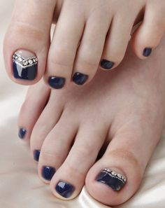 Nail art easy in 20 good ideas to beautify the feet nail art facile pour les ongles des pieds – vernis noir, base nude et strass - Nail Designs Simple Toe Nails, Pretty Toe Nails, Cute Toe Nails, Fancy Nails, Love Nails, My Nails, Pretty Toes, Black Toe Nails, Pretty Pedicures