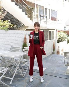 Burgundy red power suit with white sneakers and a black graphic T-shirt. Business Casual Outfits, Office Outfits, Classy Outfits, Stylish Outfits, Ulzzang Fashion, Hijab Fashion, Fashion Dresses, Set Fashion, Work Fashion