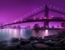 Puente de Manhattan ilumina el cielo de púrpura - Nueva York