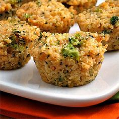 Broccoli Cheddar Quinoa Bites ¾ cup quinoa, rinsed 1½ cups water (or vegetable broth or chicken broth) 2 eggs, lightly beaten 2 cups broccoli florets, finely diced 1 cup yellow onion, finely diced 1 garlic clove, finely minced 1½ cups shredded cheddar cheese ½ teaspoon paprika Crushed red pepper (optional) to taste cuire 350° pendant 15 à 20 min