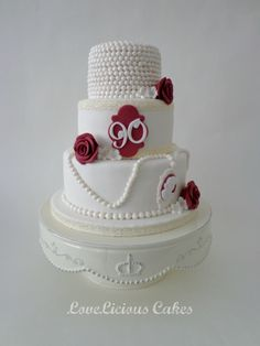 Chique, white and bordeaux www.loveliciouscakes.nl