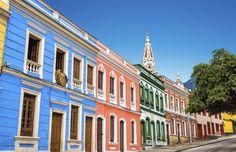 Les maisons colorées du quartier de La Candelaria s'alignent dans les rues de Bogota, Colombie #momondo