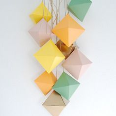 Mobile octaèdres . or, rose, pêche, jaune et menthe . fabrication handmade . minimalisme . pastel . relaxation . fabriqué en france . maison