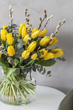 Sett sammen en vakker påskebukett med gule tulipaner, gåsunger og eukalyptus. Tulpen Arrangements, Easter Flower Arrangements, Easter Flowers, Beautiful Flower Arrangements, May Flowers, Summer Flowers, Flower Vases, Fresh Flowers, Floral Arrangements