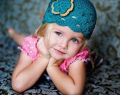 Questo cappello è uncinetto e ha un modello incorporato con un bordo ondulato bianco. Questo cappello è di colore rosa con un fiore bianco e rosa che sia fissato saldamente al cappello. Questo cappello è realizzato con filato di cotone 100% soft bambino. Questo cappello è fatto per ordinare.  Le dimensioni di questo cappello sono come segue: Neonato - 13 di circonferenza 1 - 3 mesi 14 3 - 6 mesi 15- 16 6 - 12 mesi 16- 18 12 - 24 mesi 18-19,5 cm 2T-4T 19,5-20,5 CM 5T-preteen 20,5-21,5 mm…