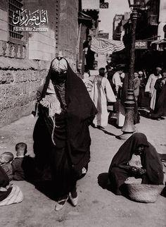 لقطة من حي الغورية في #القاهرة سنة 1933 م   ينسب شارع الغورية في قلب قاهرة المعز لدين الله الفاطمي للسلطان الأشرف قنصوه الغوري آخر سلاطين المماليك الشراكسة الذي انتهى حكمه عام 1517م بعد دخول العثمانيين مصر.