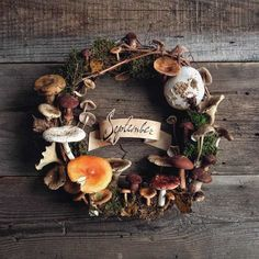 Autumn is probably the most prolific season in creative ideas for making a DIY decoration. Indeed, at the arrival of autumn, pumpkins , chestnuts and [. Mushroom Crafts, Mushroom Decor, Mushroom Art, Nature Crafts, Fall Crafts, Diy And Crafts, Arts And Crafts, Seasonal Decor, Fall Decor