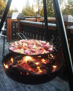En bålpanne kan varme deg i hytteveggen, eller bare lage kos på uteplassen. Men enten du er på hytta eller hjemme - så bruk din bålpanne til å lage mat! Outdoor Spaces, Outdoor Living, Outdoor Decor, Fake Fireplace, Kos, Outdoor Gardens, Nom Nom, Food And Drink, Cottage